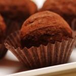 Tartufi-di-cioccolato-e-biscotti-secchi-con-cacao